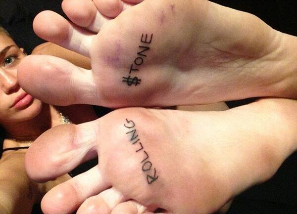 Майли Сайръс татуира стъпалата си