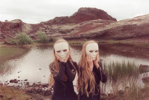 Докоснете се до мистичния свят на две близначки