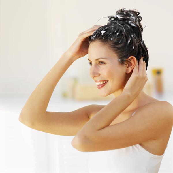 Направете си сами: Домашен сух шампоан с... водка!