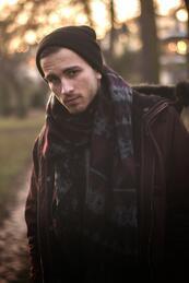 Стилните мъже: Неотразима визия с шал