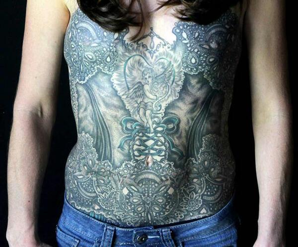Красиви татуировки заличават белезите от мастектомия