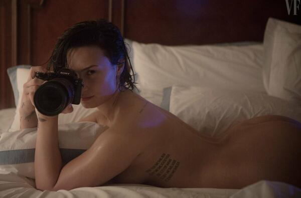 Деми Ловато с невероятно женствена фотосесия и послание към дамите по света