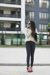 Стилните жени: Елегантност с пуловер
