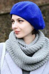 Стилните жени: Дълбок поглед под синя барета