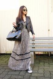 Стилните жени: Макси рокля и кецове