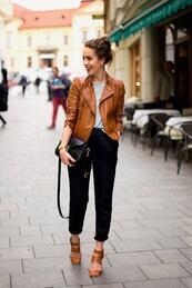 Стилните жени: Кафяво рокерско яке