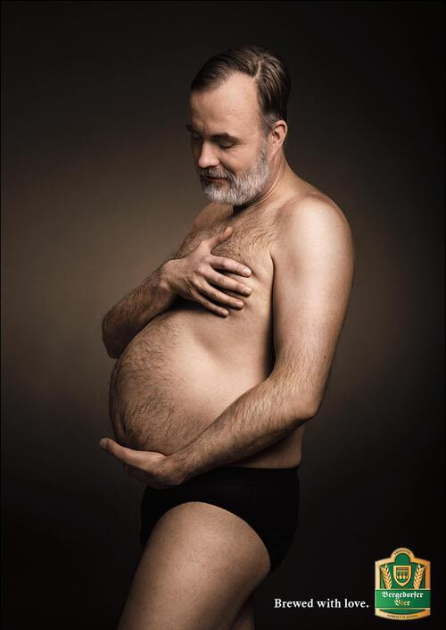 Мъже с бирени коремчета позират като бременни