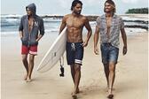 <p>Лято е, време е за летни емоциии. Ако си имате приятел, или не си падате по летните свалки, то поне можете да си позволите да гледате секси мъже. А какво по-секси от апетитни мъжки тела, обливани от морската вода, носени на сърф на гребена на вълните. Звучи ли Ви изкушаващо? Е, вижте тогава следващите секси мъжаги.</p>