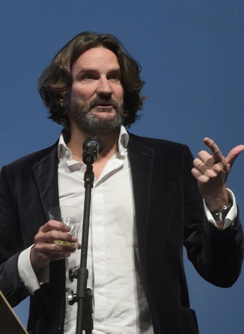 Разкрепостен, с чаша в ръка и истински-така Фредерик Бегбеде даде началото на CineLibri