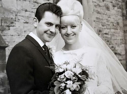 Двойка празнува 50 години любов, обличайки дрехите си от сватбата