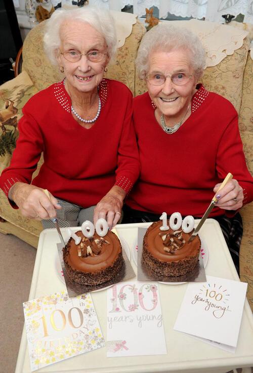 Сестри близначки празнуват заедно 100-ния си рожден ден