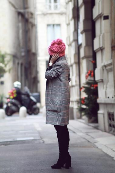 Сладка визия с розова шапчица