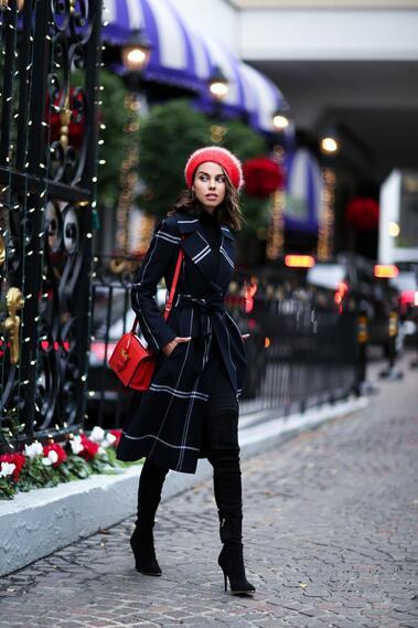 Елегантни в червено и тъмносиньо!