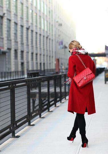 Елегантни с червено палто