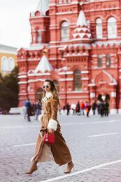 Стилни с кафяво палто