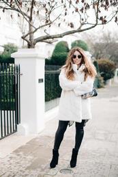 Елегантни с бяло пухкаво палто