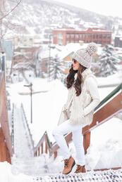 Елегантни в бяло през зимата