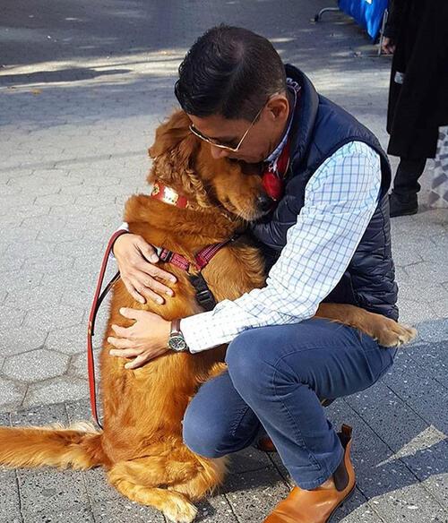 Ретрийвър раздава прегръдки на всеки, който види