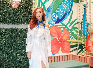 Женствена визия с дълга бяла рокля
