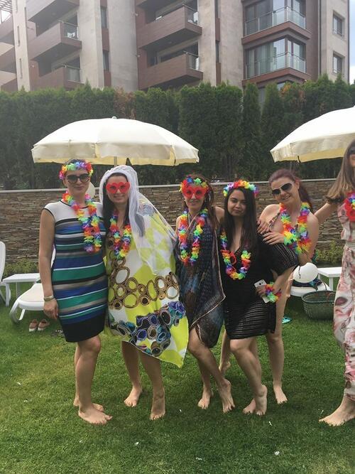 Наталия Кобилкина направи моминско парти по бикини (СНИМКИ)