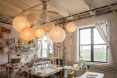 <p>Лампата е един аксесоар в дома, който е много важен за осветлението на дома, но също така придава особен чар в интериора. Но кой е казал, че трябва да е метална? Тя може да бъде и хартиена и да бъде страхотна и невероятна. В галерията ни ще видите няколко креативни идеи за хартиени лампи, които ще ви впечатлят.</p>