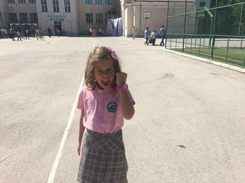 Алекс Сърчаджиева се радва на първокласничка!