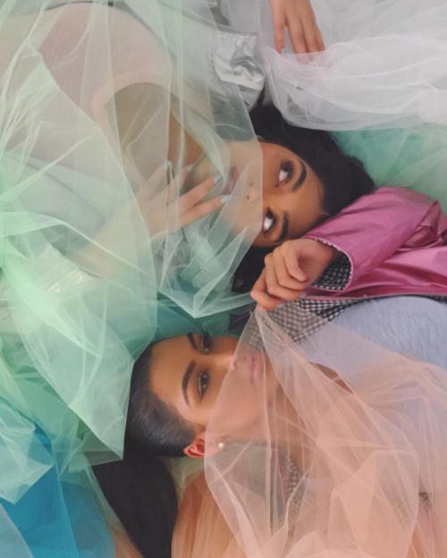 Тези блогърки от Дубай приличат изумително много на Ким Кардашян и Кайли Дженър