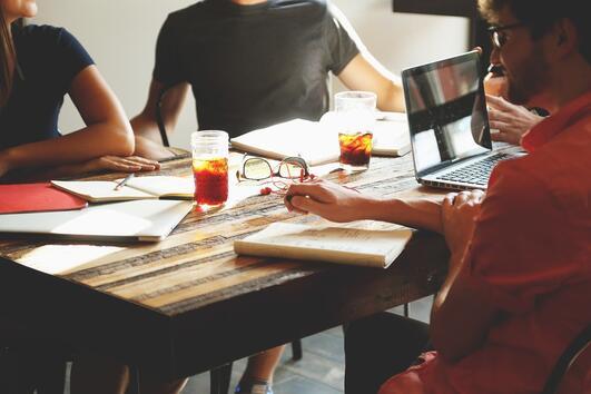 6 начина да накарате колегите си да ви харесват