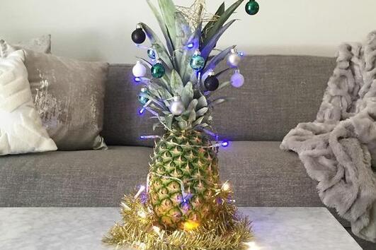 Хората украсяват ананаси, вместо елхи за Коледа