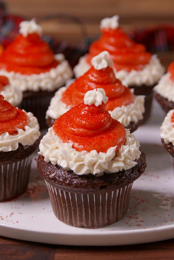 Коледни десерти: Мъфини с коледни шапки