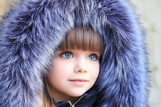 <p>Запознайте се с Анна Княжева. Тя е само на 6 годинки, но вече собствена страница в Instagram. Красивото момиченце се радва на 892 хиляди последователи в социалната мрежа, а снимките ѝ са достойни да засенчат всеки известен фотомодел по света. Самата Анна е дъщеря на модела Анастасия Княжева и определено е на път да надмине по красота дори и майка си.</p>