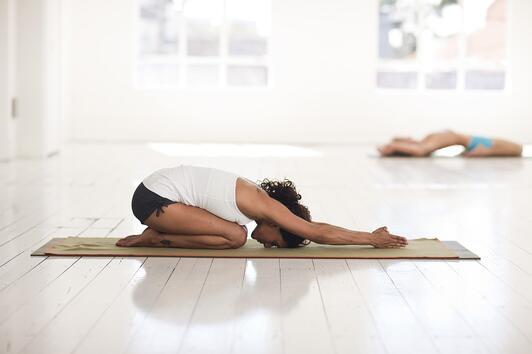 Експерт обяснява защо йогата трябва да бъде част от грижата за себе си