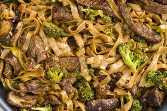 Нудли с говеждо и броколи