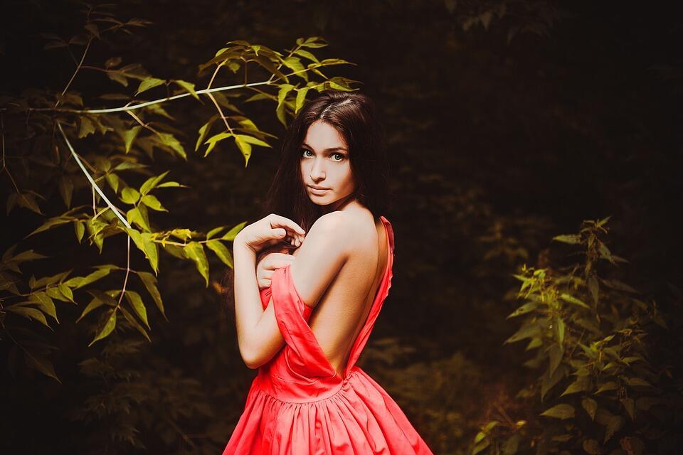 Jenite често прекарват часове пред отворения гардероб, търсейки перфектната рокля