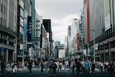 <p>С население от над 13 милиона души е лесно да се изгубите в огромната шумна и технологичната атмосфера на Токио. Красотата на японския мегаполис се крие в многобройните слоеве, които чакат да бъдат открити от нетърпеливи посетители, които искат да изпитат очарователната комбинация от японска традиция и култура. Чрез неговия профил Instagram, японският фотограф Хиро Гото дава на хората възможността да се потопят в цветните и оживени улици на Токио.</p>