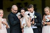 """<p>Беки и Джон попадат на апел за помощ във фейсбук по средата на подготовката на сватбата. Организация за животни търси приемен дом на цяло кучило кученца. Те си казват """"гледали сме прасета и крави, ще се справим и с кученца"""". В началото те осиновяват само две от кученцата, но по-късно взимат и останалите.</p>"""
