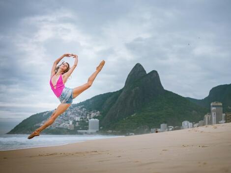 Балерини по улиците на Рио де Жанейро показват града на контрастите