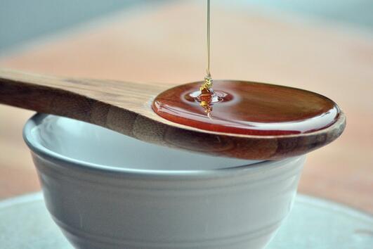 Може ли наистина медът от манука да лекува акне?