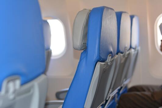 Защо седалките в самолетите почти винаги са сини?