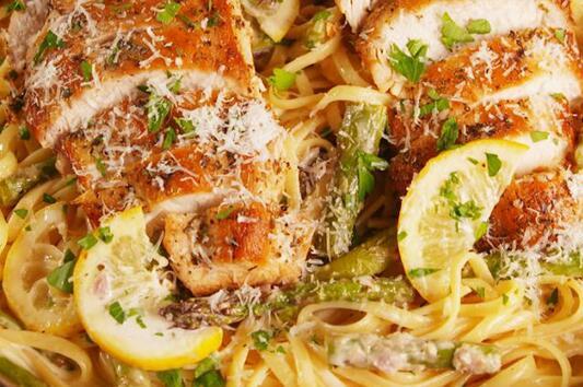 Паста с пиле, лимон и аспержи