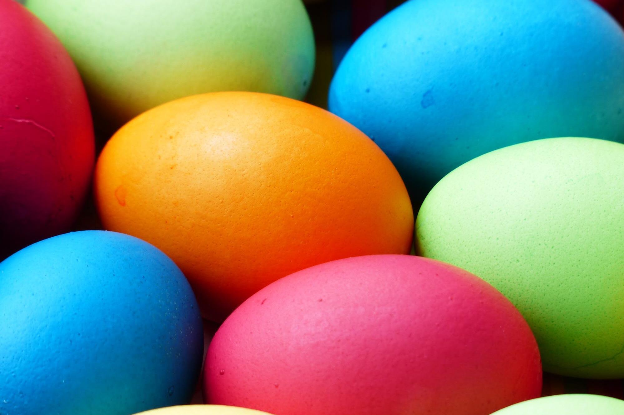 В България Великден е свързан с месенето на козунаци, боядисването