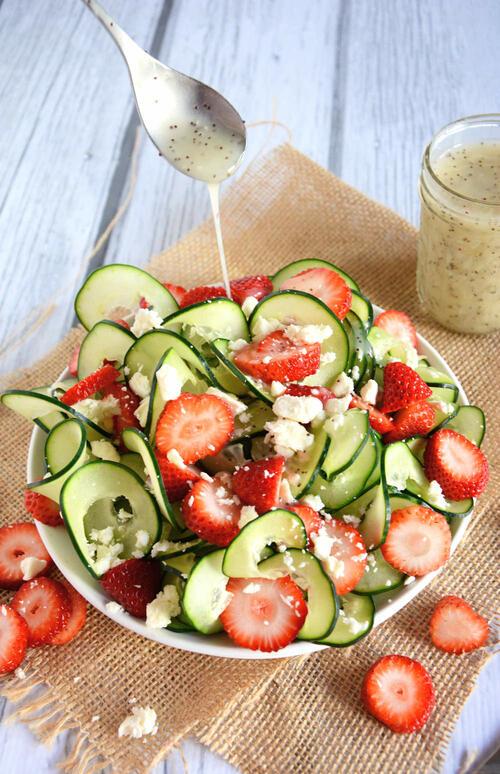 Салата с краставици, ягоди и маково семе