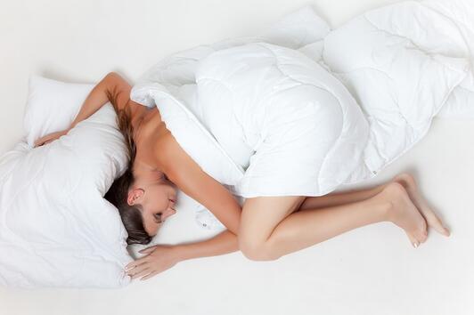 Как да спите в любимата си позиция, без да вредите на здравето си