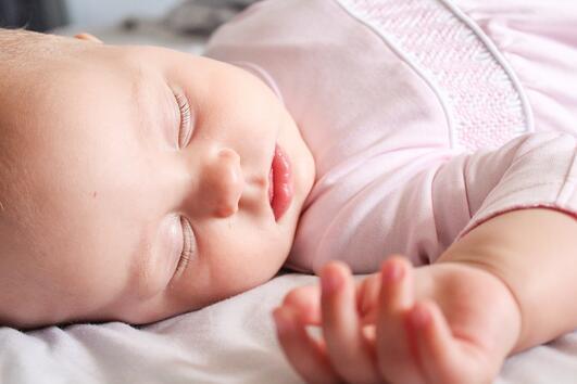 Ето какво трябва да знаете, преди да сложите одеяло в бебешкото креватче