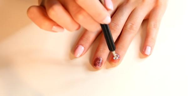 Как да си направите ефектна декорация с камъчета върху ноктите? (ВИДЕО)