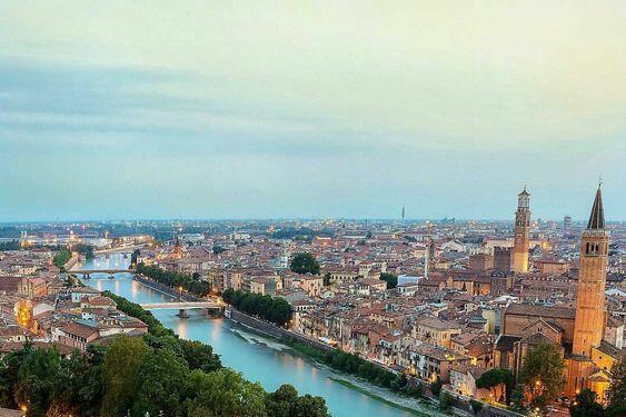 Верона е италианско градче, което повечето хора асоциират с историята