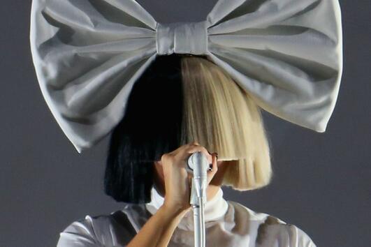 Защо певицата Сиа крие лицето си?