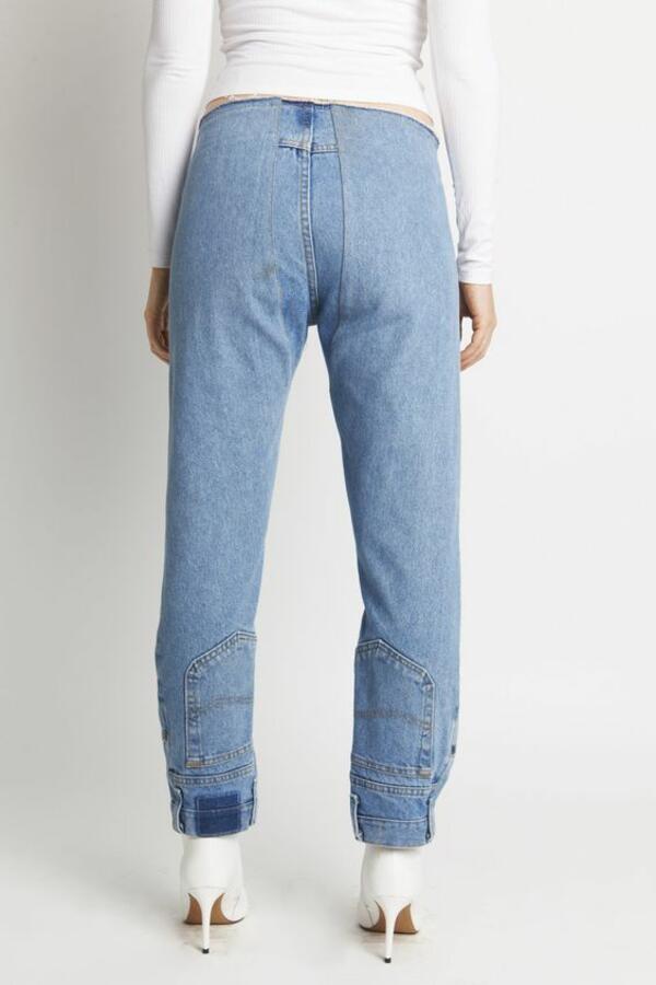 Марка продава обърнати на обратно дънки, а хората нямат против да ги носят