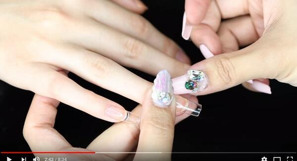 Как да използваме изкуствени нокти, без да увреждаме нашите? (Видео)