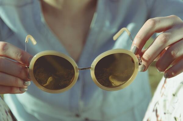 Лесен трик, с който да предотвратите цапането на очилата с фон дьо тен